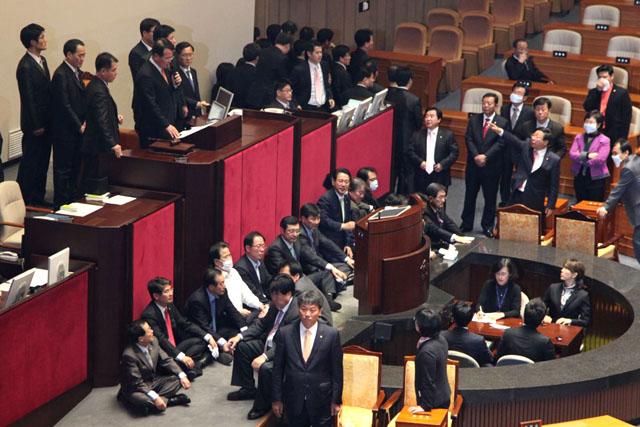 韓国:催涙弾の金先東に懲役刑