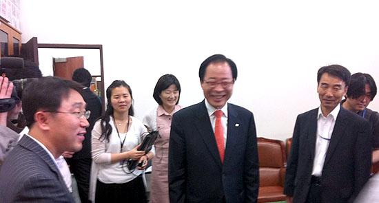 韓国:権永吉、進歩新党への統合...