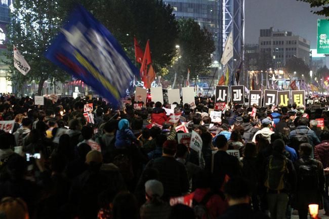 20万のデモ行進...「朴槿恵は謝罪ではなく退陣しろ」