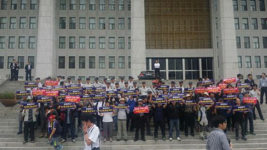韓国:労働改悪に抗議した教師約4...